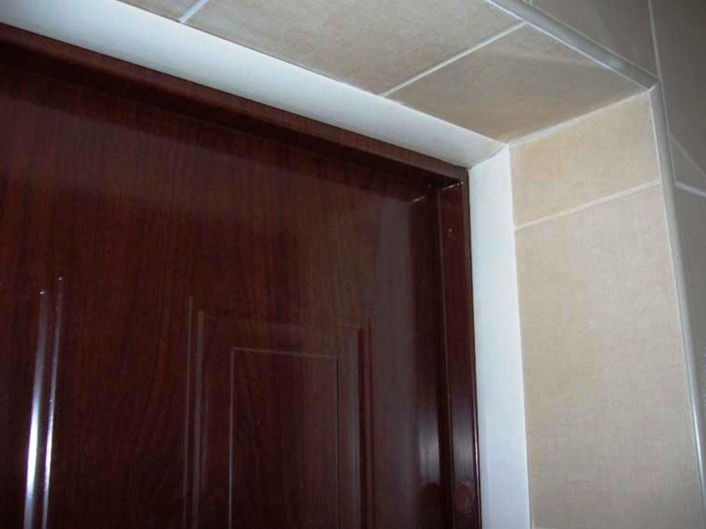 отделка входной двери плиткой