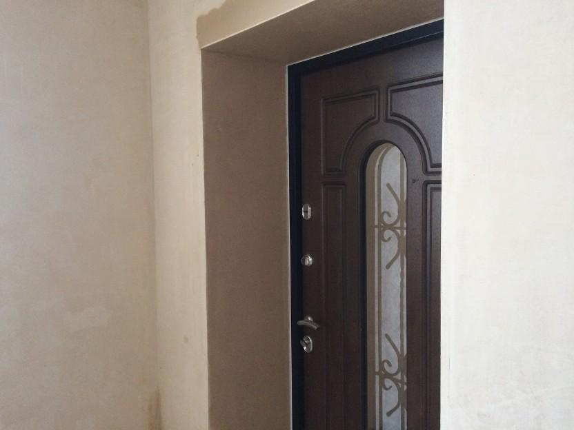отделка входной двери штукатуркой