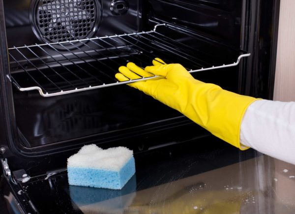Перед очисткой снимите все стойки, решетки и противни духовки