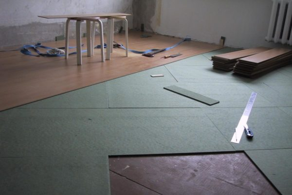 При изготовлении стяжек получаются определенные неровности, и такие отклонения недопустимы при укладке напольных покрытий.