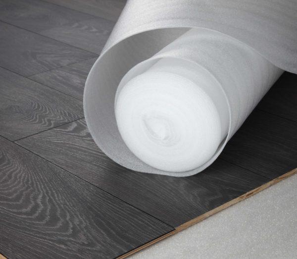 Подложка, обладающая водостойкостью, служит значительной защитой ламинатного покрытия.