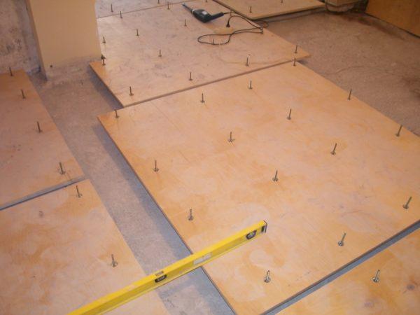 Выравнивание осуществляется с помощью бетонной стяжки или фанерных листов.