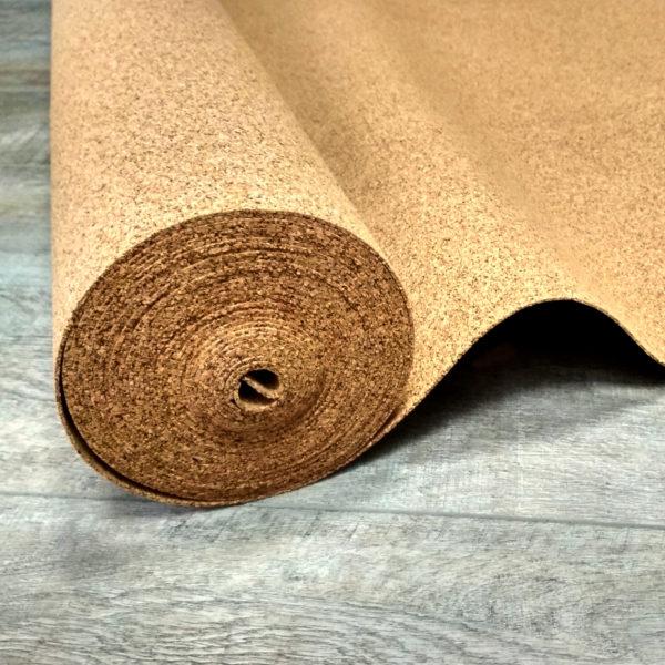 Чтобы избежать изгибов и подвижности материала, нужно размотать рулон подложки и дать ему немного отдохнуть, особенно в отношении пробкового материала.
