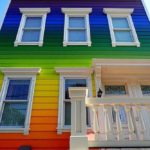 радужная покраска деревянного дома