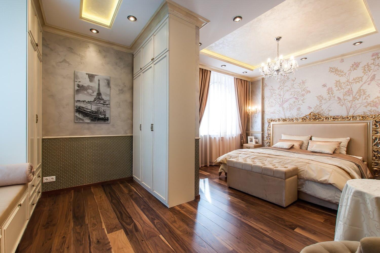 интерьер спальни с ламинатом