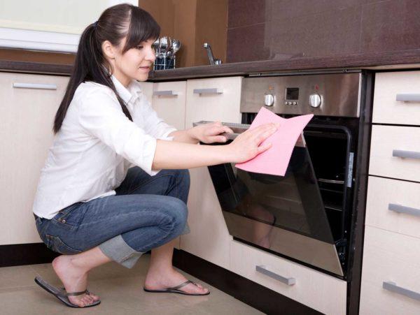 Многие люди отдают предпочтение натуральным средствам для очистки духовки