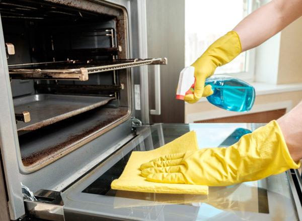 Необходимо предварительно замочить отдельные компоненты печи, чтобы сократить время очистки.