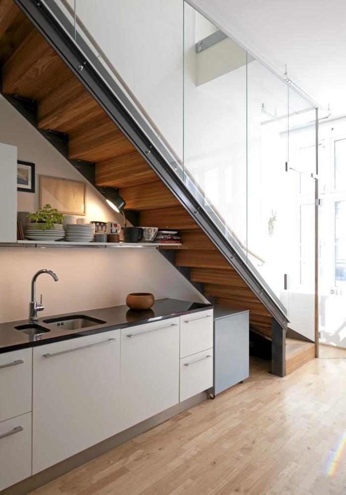 Кухни под лестницей фото