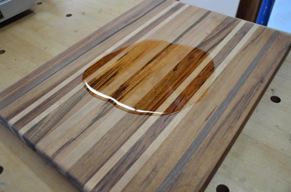 Хорошим альтернативным вариантом лака для кухонной столешницы является пропитка дерева растительными маслами.