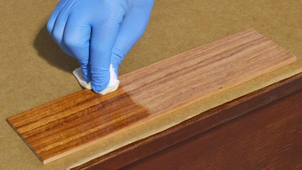 Мелкие царапины здесь практически не заметны и не портят внешний вид. В случае серьезного повреждения поверхности испорченную часть можно зашкурить, а затем снова покрыть маслом.