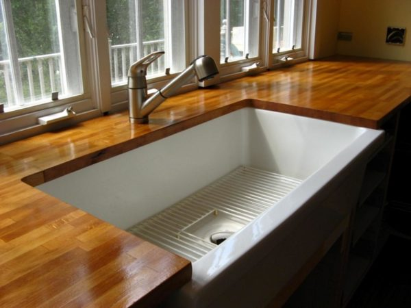 Для сохранности столешницы необходимо также соблюдать ровный микроклимат на кухне, избегая сильных перепадов температур и влажности.
