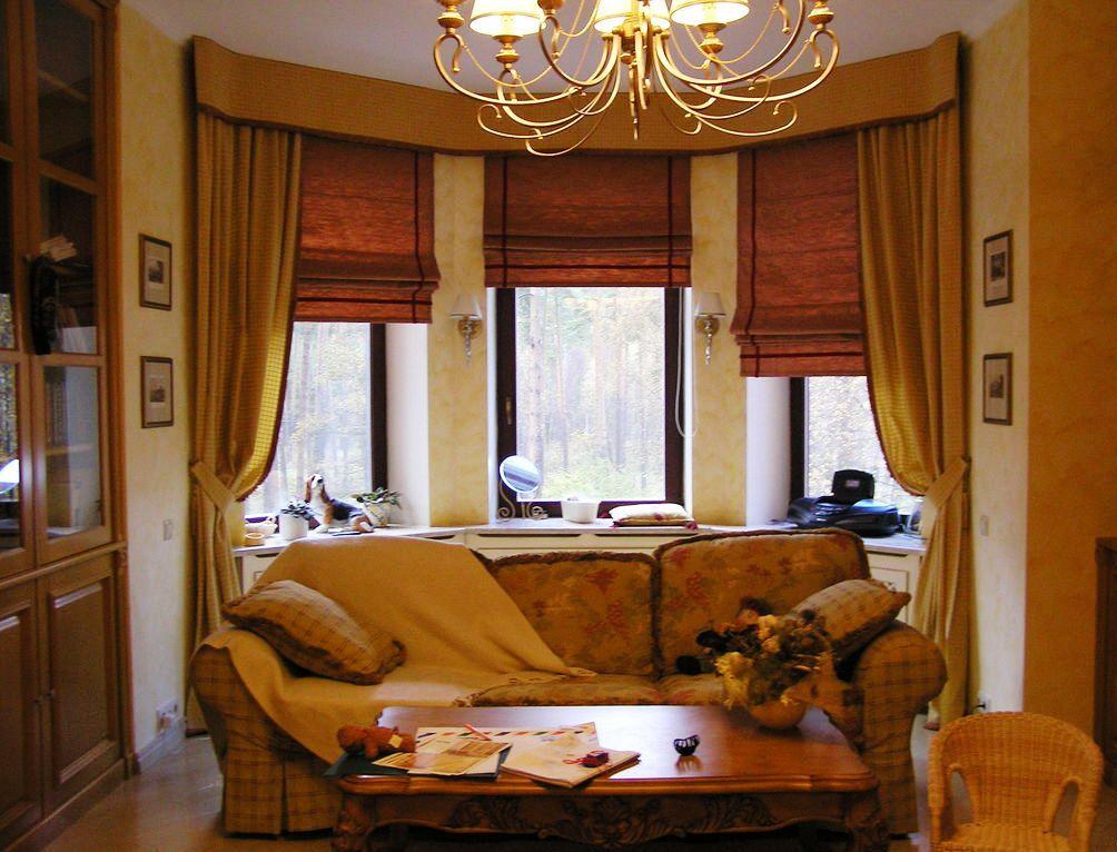 шторы в эркере гостиной английский стиль