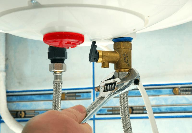 слив воды в бойлере через входящие и выходящие шланги