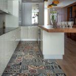 совмещение плитки и ламината на кухне оформление фото
