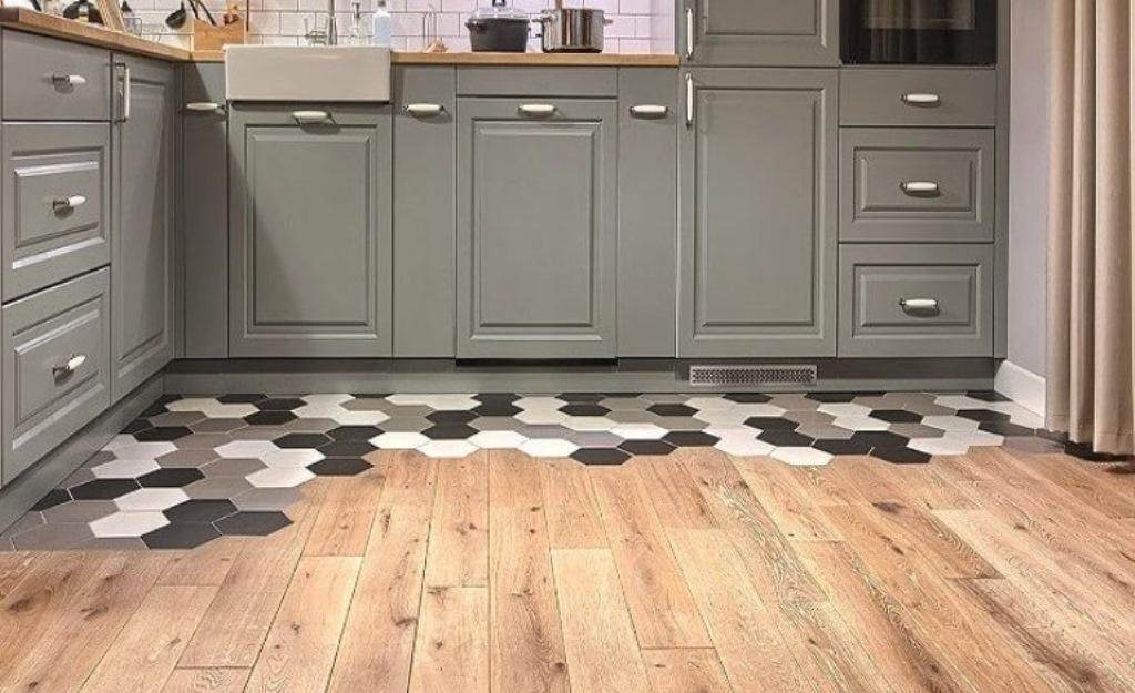 вариант совмещения плитки и ламината на кухне