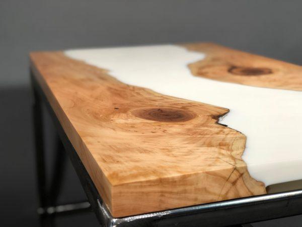 Довольно оригинально в данном случае выглядит слэб - спил дерева, сохраняющий исходный рисунок волокон.