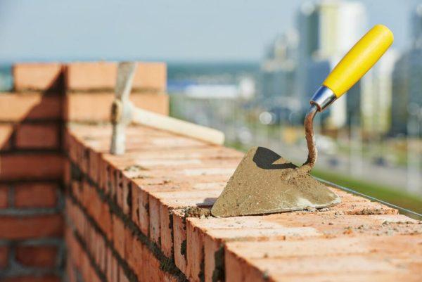 Кельма-бетонщика используется при кладке кирпича, дозировании и покрытии бетонно-цементной смесью.