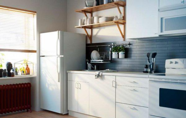Холодильники на кухне принято чаще всего устанавливать в ряду с плитой или мойкой