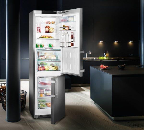 Холодильник должен размещаться так, чтобы дверца распахивалась немного больше чем на 90 градусов.