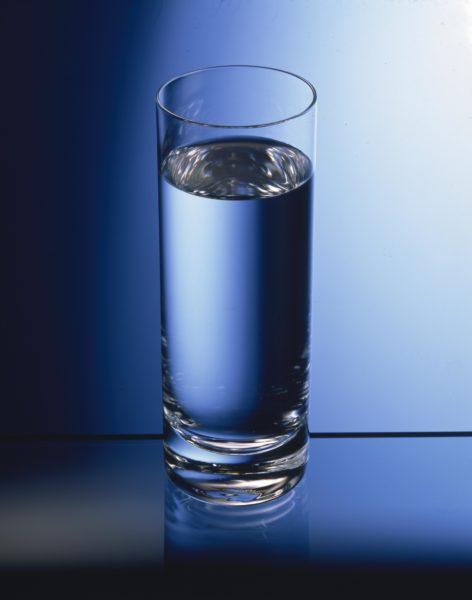 Для контроля идеально ровной установки пользуются строительным уровнем или можно вспомнить старый дедовский способ с использованием стакана наполненного водой.