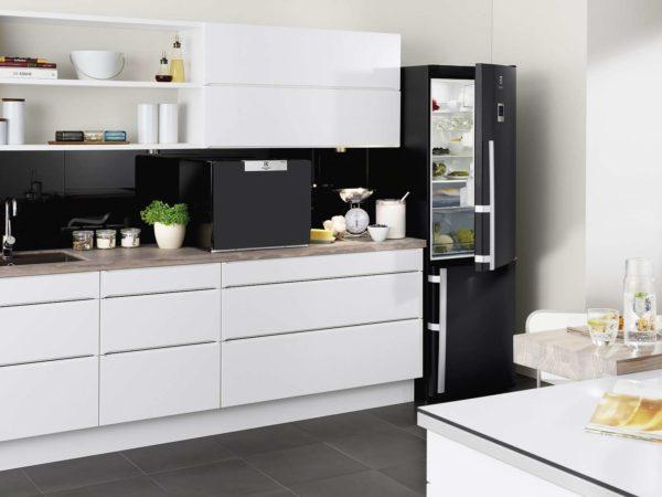 При выборе места для установки холодильника следует учесть, что он работает от электрической розетки