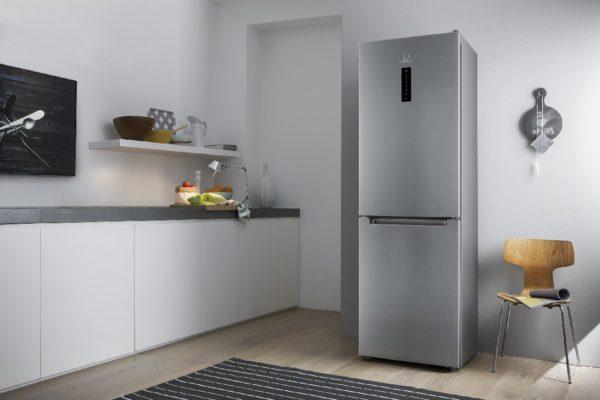 При наличии скользких напольных покрытий, плитки или ламината, необходимо подготовить специальные наклейки, которые будут фиксировать холодильник на поверхности.