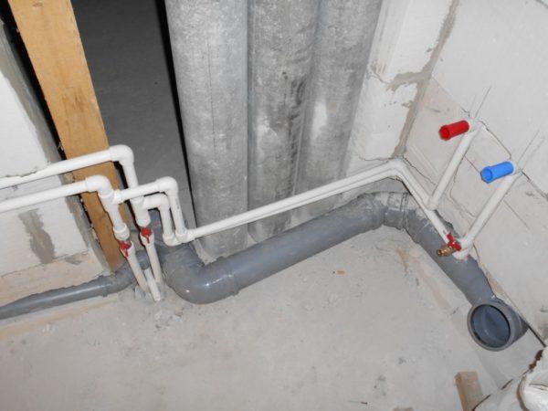 От водопровода с холодной водой прокладывается трубка до места подключения к холодильнику