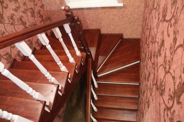 Частый вариант, когда пространство не разрешает произвести монтаж стандартной одномаршевой лестницы.