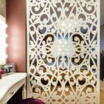 зонирование комнаты деревянной резной перегородкой
