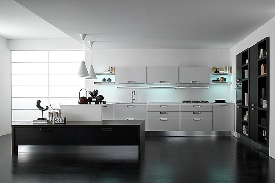белый кухонный гарнитур на черном полу