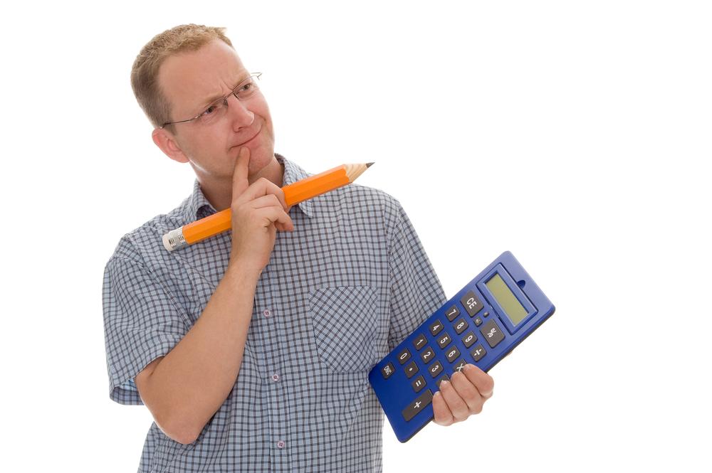 человек измеряет площадь комнаты
