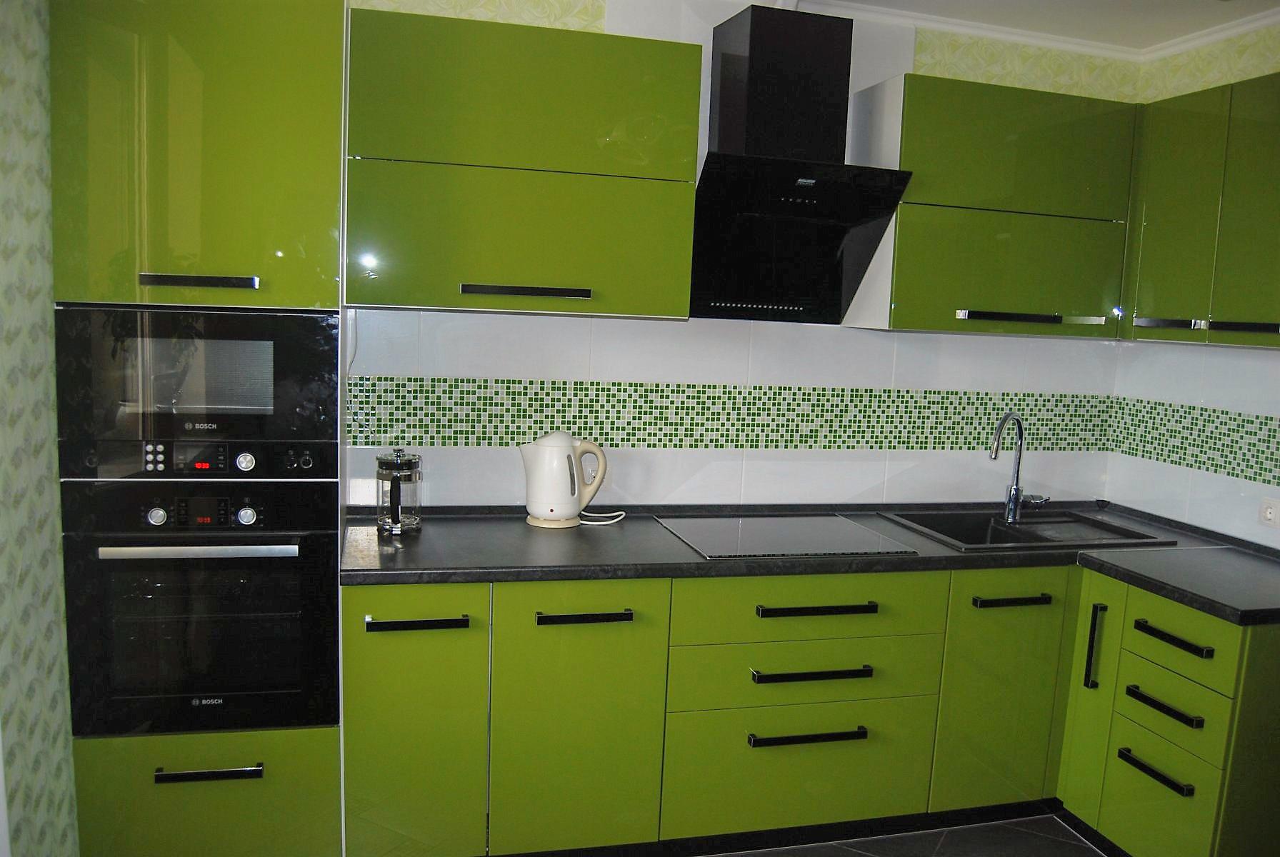 кухня в черно-оливковых тонах