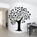 трафаретное черное дерево на стене