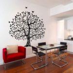 черное дерево на стене в столовой