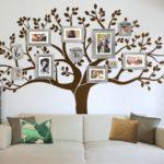 дерево с фоторамками на стене за диваном
