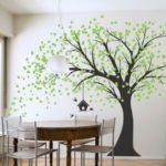 дерево на стене и стол