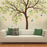 настенное дерево за диваном