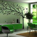 дерево на стене в зеленой комнате