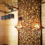 панно из дерева в комнате