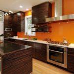 деревянная кухня с оранжевым