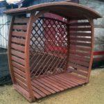 оригинально выполненный дровяник из дерева