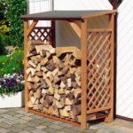 дровяник с деревянной декоративной решеткой