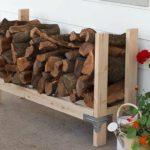 простая деревянная дровница у дома