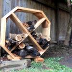 необычный по форме несложный дровяник