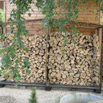 дровник из дерева, прислоненный к жилому строению