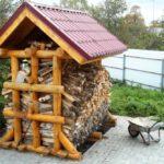маленький дровяник в виде избушки из бревен