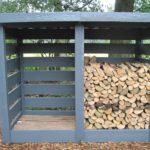 простой деревянный дровяник серого цвета