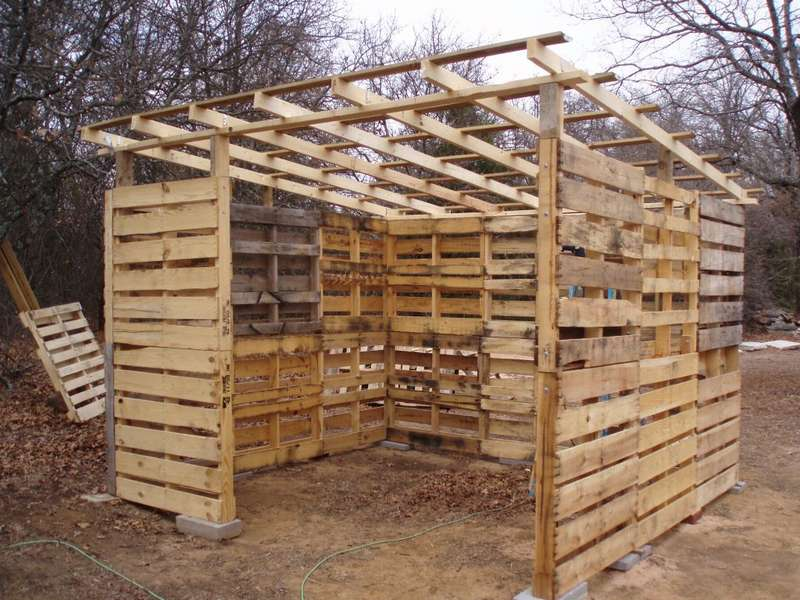 дровяник. сложенный из деревянных поддонов