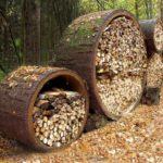 оригинальные цилиндрические дровяники из природного материала