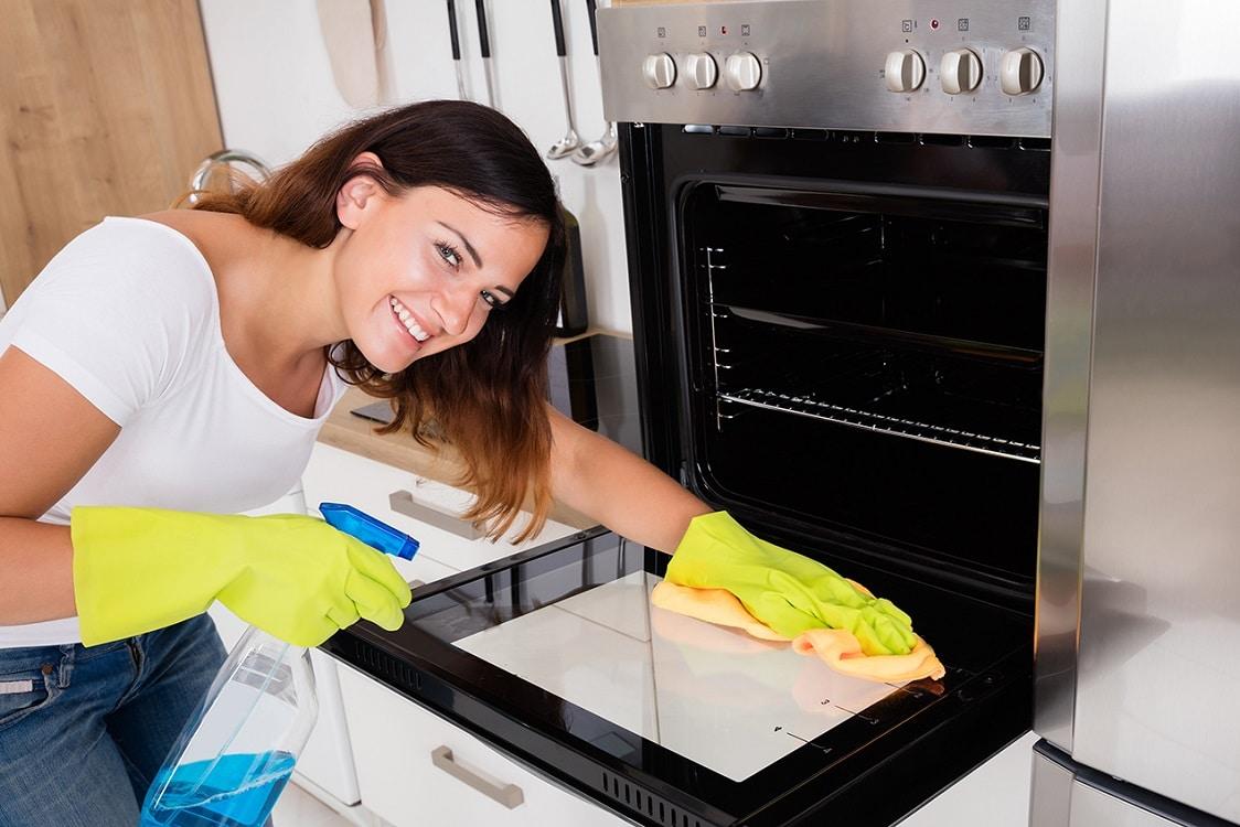 перед первым запуском вымыть духовку